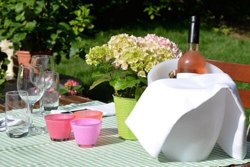 """Gedeckter Tisch im Garten des Wirtshauses """"zum Heurigen"""" in Stuttgart"""